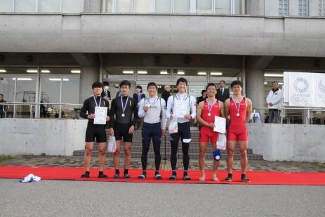 表彰式で賞状を手にし笑顔を見せる両選手(中央左:越智、中央右:岡部)