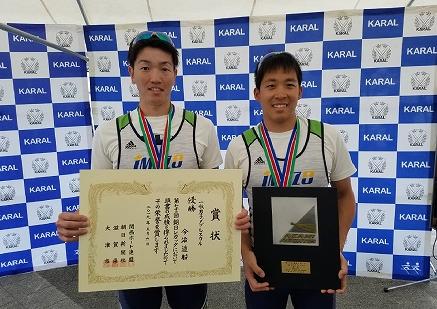 賞状と盾を手に笑顔を見せる岡部選手(左)、越智選手(右)
