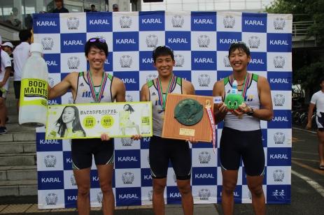 1位、2位、3位、それぞれメダルを受け取り笑顔を見せる3選手