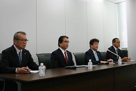 左から、渡部常務、檜垣和幸専務、檜垣幸人社長、藤田専務