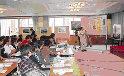 真剣に説明を受ける大阪大学、大阪府立大学の参加者たち