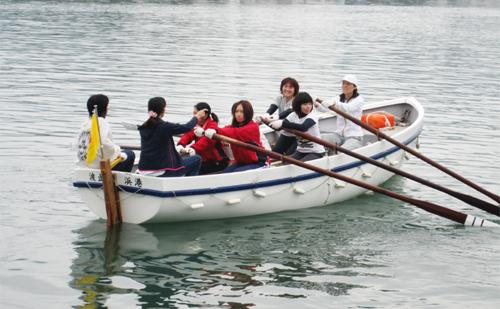 今治造船ボート部員も加わり力漕した女性チーム