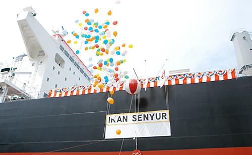命名を祝って風船が大空に放たれます