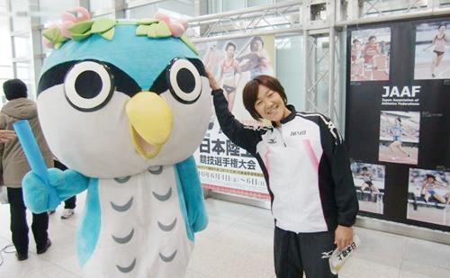 香川のスポーツイベントを盛り上げるキャラクター「オリピー」とならぶ中野選手