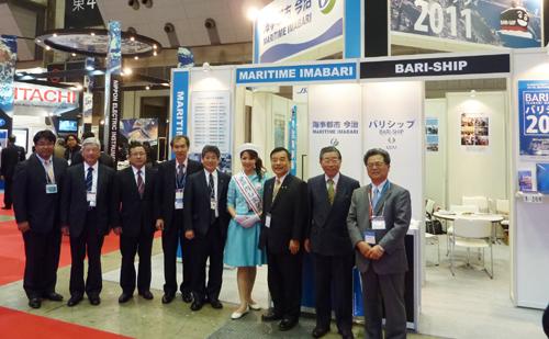 SEA JAPAN 2010出展ブースの前に並ぶ今治市海事都市交流委員会交流委員の方々