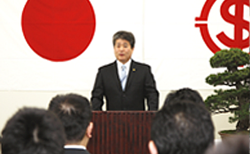 新入社員へ向け挨拶する檜垣社長