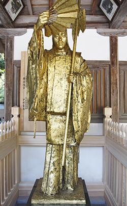 奉納されたブロンズ像「隼人の舞」