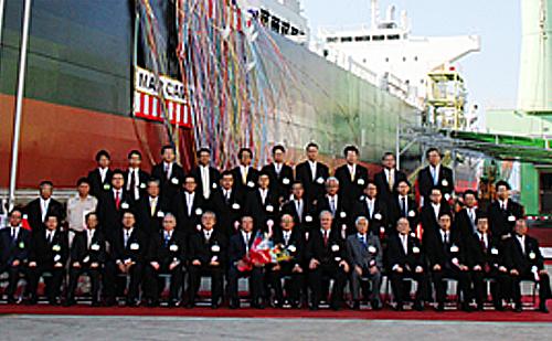 本船の誕生を祝っての記念撮影