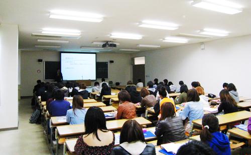 講義に聞き入る松山大経営学部の学生たち