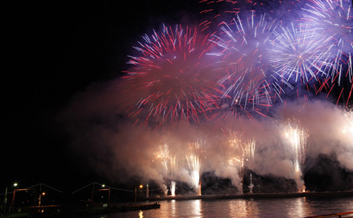 約9千発の花火で鮮やかに彩られた今治の夜空