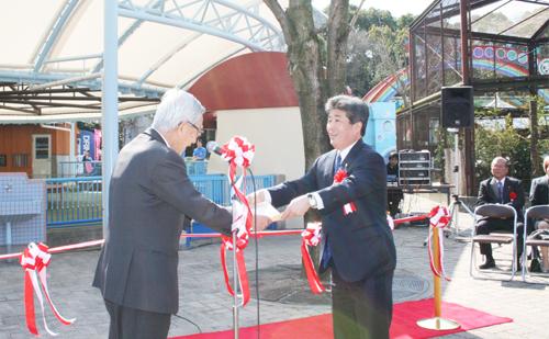 加戸知事から記念品を 受け取る檜垣社長