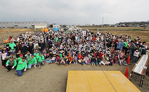 植樹開始前に参加者全員で記念写真撮影