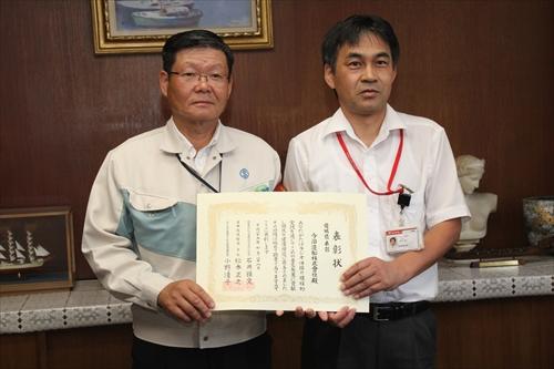 渡部波止浜郵便局長から表彰状を受け取る瀬野常務取締役今治工場長