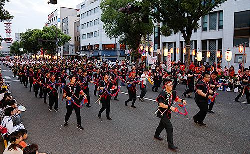 檜垣社長を中心に約190名が参加した『木山・今治お祭り音頭』