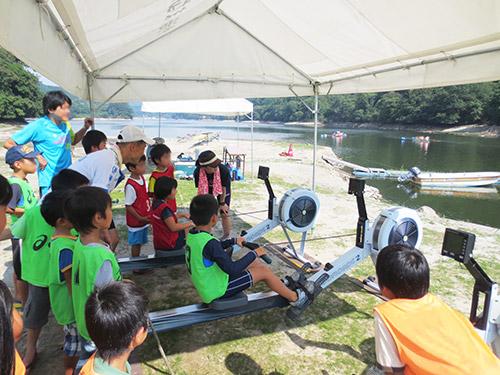 エルゴメーターを使って乗船前にボートの操船方法を学ぶ