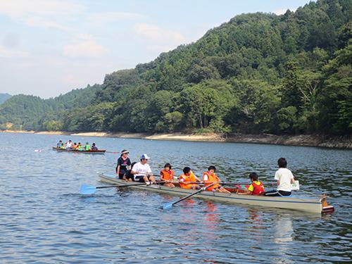 子どもたちは、順番に「ナックル」と呼ばれる木製のボートに乗船