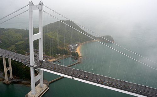 高速道路(来島海峡大橋)を走る参加者
