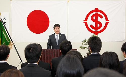 新入社員に向け挨拶を述べる檜垣幸人社長