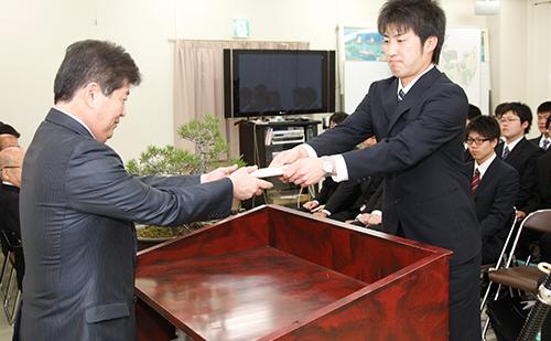 新入社員を代表して決意を述べた狩野誠也さん