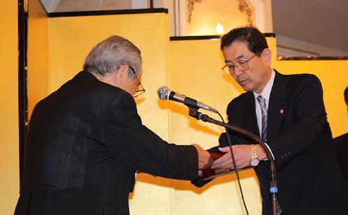 今井琉璃男会長から「えひめスポーツメセナ賞」が贈られました