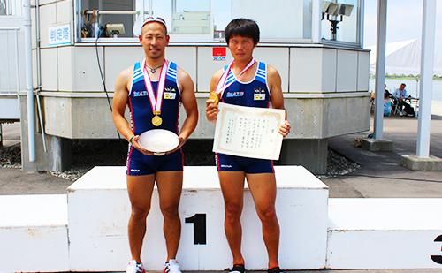 男子ダブルスカルで優勝・全日本のタイトルを手に喜ぶ井出選手(写真左)・別府選手(写真右)