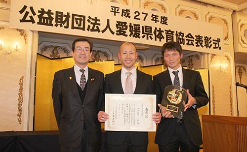 えひめ国体奨励賞と優秀スポーツ選手賞を受賞した井出主将(写真中央)と別府選手(写真右)
