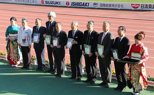 功労団体として表彰を受けた当社の黒川副社長(写真左から5人目)