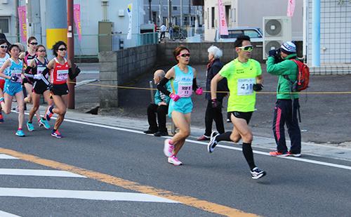 前半から積極的な走りを見せる関野選手(写真中央)