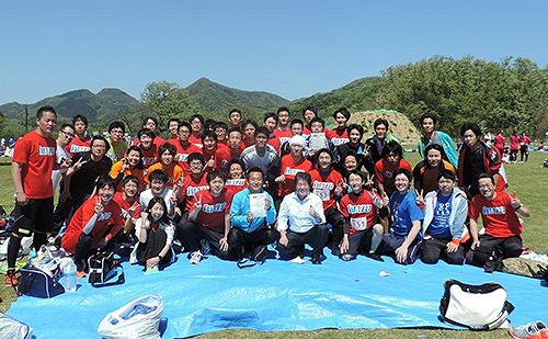 激励に訪れた檜垣社長を囲んで入賞と完走を喜ぶ社員ら