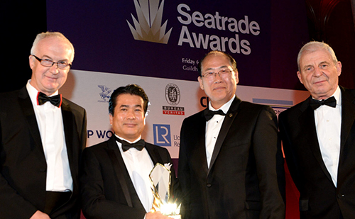 Safety-at-Sea部門賞のトロフィーを受け取る檜垣専務